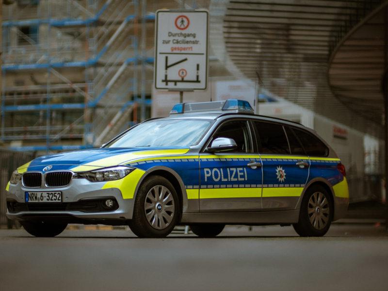 Polizei NRW: Unbekannte brechen in Fertigungshalle ein – Augenzeugen gesucht